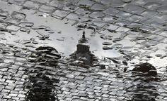 L'ultima udienza del Papa.  La basilica di San Pietro si rispecchia in una pozzanghera mentre i tecnici preparano la piazza per l'ultima udienza di Benedetto XVI. (Reuters/Eric Gaillard)
