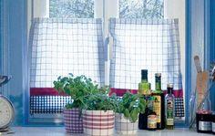 Fenster mit Stores aus Geschirrtüchern