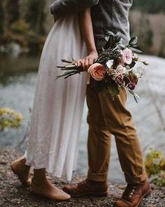 Парень обнимает девушку с цветами в руке
