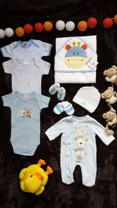 *** Sweet cupcake Baby Boy sets **** Beautiful Boys Newborn Baby Outfit: Perfect present for a baby shower party. Mix of bodysuits + shoes + socks + set: gloves, socks, hat, etc.. **** PLUS! a set of homemade, beautiful CUPCAKE TOPPERS GRATIS!!!! **** Ideal for a baby shower gift!!! **** --->Visit our e-Bay store: knuffelkoekoekje_3 <--- ****