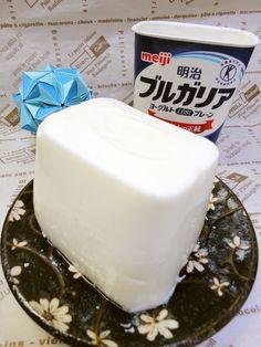 ✿450gヨーグルトパックゼリー✿ 明治ブルガリアヨーグルト450gパック容器をそのまま使います。使うヨーグルトは400gです50gは食べちゃってください keisarara 材料 (4人分ぐらい) 明治ブルガリアヨーグルト(プレーン) 400g ■ 50g(大匙2)は別皿にのせて食べちゃってください! ■ 砂糖(上白糖)甘さ控えめです 50g 【砂糖パルスイートの場合】 【12g】 ■ 牛乳(生クリームは失敗する場合があります) 100ml ■ 【おすすめは牛乳】 レモン汁(入れなくてもよい) 大匙1 ■ ゼライス 10g(2袋) 水(ゼライス用) 大匙2 作り方 1 ブルガリアヨーグルト50g(大匙2)をすくい出しておく。 ヨーグルトについてる砂糖は使いません。 2 箸でよーく混ぜてください。だまがなくなるまで。 牛乳・砂糖・レモン汁を入れます 隅々まできっちりと混ぜる!! 3 ②をレンジで1分チンします。常温にする程度です! *容器が結構熱くなってるので注意! 4 耐熱容器にゼライスと水大匙2を入れレンジで20秒チンします。 絶対に沸騰させないように!… Non Bake Desserts, Asian Desserts, Summer Desserts, Easy Desserts, Jello Recipes, Yogurt Recipes, Sweets Recipes, Candy Recipes, Sweets Cake