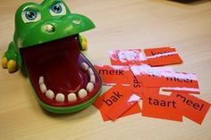 Lezen met de krokodil Speech Language Therapy, Speech And Language, Primary School, Pre School, Busy Boxes, School Daze, School Hacks, Teaching Reading, Happy Kids