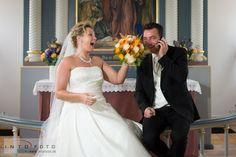 Lidt sjov ved alteret #Intofoto #Bryllupsfotograf #Bryllup #Wedding #Intofoto #Bryllupsfoto #Bryllupsfotografering #Hillerød #Nordsjælland