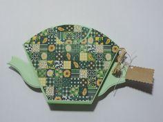Porta Filtro/Coador de Café. Tamanho 103. <br>Feito em madeira/mdf, pintado a mão, com aplicação de tecido, flor de fuxico e lacinho para decoração.