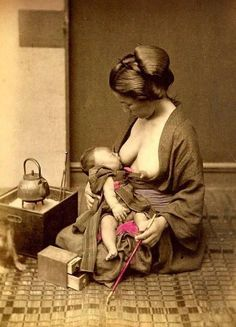 This mother sharing her tea break with her tot. 27 Historical Women Who DGAF About Breastfeeding In Public Breastfeeding Pictures, Breastfeeding In Public, Breastfeeding Support, Japan Kultur, Old Photos, Vintage Photos, Japon Tokyo, Historical Women, Historical Pictures