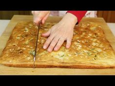 FOCACCIA - real deal 400 ml tepid water tp yeast 1 tp sugar olive oil cup) flour 2 tp salt (add last after dough is mixed) 1 rise hrs Put in baking pan with salt, Rosemary, olive oil rise Bake in oven Casa Pizza, Focaccia Pizza, My Favorite Food, Favorite Recipes, Savory Scones, Other Recipes, Finger Foods, Italian Recipes, Bread Recipes