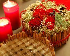 Juldekoration med kanel och snittblommor