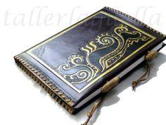 Cuaderno realizado en piel de potro. Diseño art nouveau. Colores burdeos, negro y dorado rojizo. Grabado y mateado.