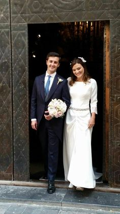 ¡¡Ya somos marido y mujer!! Parece decir la sonrisa de estos felices novios. Tamel estaba preciosa con su vestido en crepé de líneas suaves con bordado en plata y nácar.