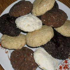 A kekszeket nagyon egyszerű elkészíteni. Minden esetben az édesítőt és a zsiradékot keverjük ki először, majd hozzágyúrjuk a száraz hozzávalókat. Gyúrható masszát kell, hogy kapjunk, ami ha túl száraz, tejjel vagy kókusztejjel, natúr joghurttal lazítható, ha túl híg, kókuszreszelékkel ellensúlyozható. A tenyerünkkel korongokat formázunk (vagy kinyújtjuk a tésztát és korongokat szaggatunk belőle), majd megsütjük. Ezek kisadagos receptek, általában 4-5 db kekszre elég, kiváló diétás reggeli… Deserts, Paleo, Cookies, Healthy, Recipes, Food, Yogurt, Crack Crackers, Biscuits