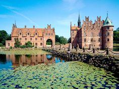 Hier haalde sprookjesschrijver H.C. Andersen zijn inspiratie vandaan, het Slot Egeskov . #Funen #Denemarken #rondreis