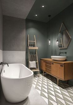dunkle wandfarbe badezimmer freistehende badewanne leiter Each area involving our residence is important and Wood Bathroom, Bathroom Flooring, Bathroom Interior, Bathroom Lighting, Bathroom Ideas, Bathroom Taps, Bathroom Cabinets, Bathroom Designs, Bathroom Pink