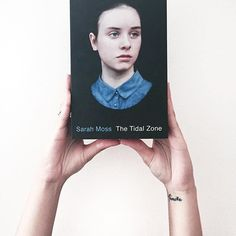 The Tidal Zone by Sarah Moss is without doubt one of my favourite books of 2016. Adam is a stay-at-home dad and part-time art professor wo is writing a history of the bombing and rebuilding of Coventry Cathedral. One day he recives a call from his daughter's school to inform him that Miriam has collapsed and stopped breathing.  Sarah Moss takes you through a heartbreaking but beautiful jouney of recovery, illness and courage.  Este libro se ha convertido en uno de mis favoritos sin ninguna…