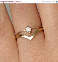 Jeu de mariage unique : poire de 0,10 carat diamant taille et un pointu courbé demi-jonc en or massif 14 k.    ► Choisissez votre couleur or > or jaune /