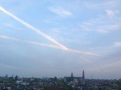 Het gaat om de vliegtuig strepen,maar ongewild aan de horizon ook hoeken te zien.(uitzicht vanuit huis)