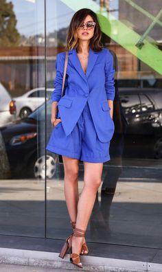 Street style look com conjunto azul e sandálias.