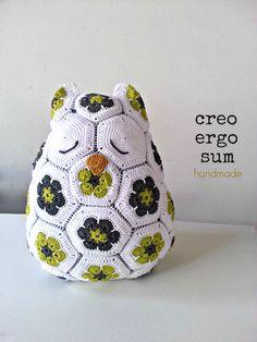 Crochet Crochet oreiller, fleurs africaines, hibou, grosse peluche, oreiller Owl, Amigurumi par CreoErgoSumHandmade sur Etsy https://www.etsy.com/fr/listing/205759792/crochet-crochet-oreiller-fleurs