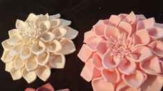 This listing is for 1 dahlia edible flower: 5 . This beautiful dahlia is made of white gum paste. I can make your dahlia any color you like.  Add