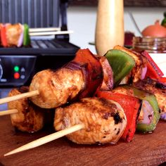 Chicken and Vegetable Skewers- A simple and flavorful recipe … Chicken Skewers with Barbecue Sauce, Bell Pepper and Onion. Ideal to make on a grill, iron or directly on the grill! Best Chicken Dishes, Chicken Recipes, Recipe Chicken, Tasty Videos, Food Videos, Healthy Breakfast Recipes, Healthy Recipes, Grilling Recipes, Cooking Recipes