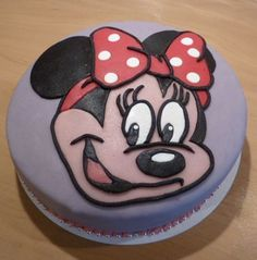 Minnie Mouse taart Mousse, Birthday Cake, Sugar, Cookies, Desserts, Food, Crack Crackers, Tailgate Desserts, Birthday Cakes