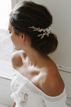 There's a certain magic in the Versailles floral wedding headpiece. An intriguing piece with regal appeal, it channels a feminine and high fashion look. Floral Wedding Hair, Wedding Bun, Wedding Hair Pieces, Wedding Veils, Flower Headpiece Wedding, Summer Wedding, Wedding Rings, Bridal Comb, Bridal Headpieces
