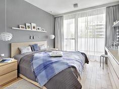 Szara sypialnia z łazienką w nowoczesnym stylu skandynawskim