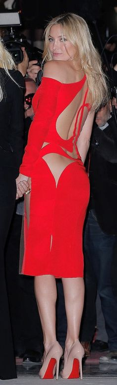 Kate Hudson hit the Versace show in one of the sexiest #red dresses we've ever seen.