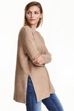 Camisola em malha: Camisola oversize em malha mesclada com uma percentagem de lã. Tem decote redondo, ombros descaídos, mangas compridas e rachas laterais.