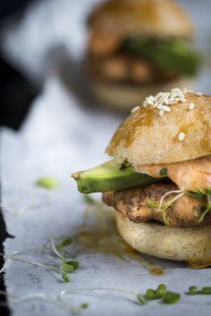 Salmon burgers. http://www.jotainmaukasta.fi/2015/03/11/helsingin-uutuusravintoloita-ja-lohisliderit/