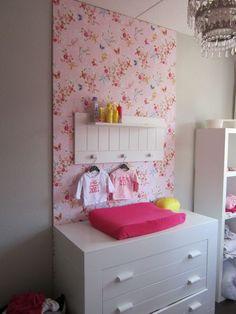 Babykamer, Pip behang, meisjeskamer  (dit hebben we bij lize ook gedaan, 1 muur met bloemenbehang)