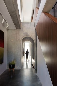 North Perth House is made from arched panels of precast concrete Precast Concrete Panels, Concrete Wall, Concrete Houses, Building Structure, Building Materials, Contemporary Artwork, Contemporary Architecture, Architecture Awards, Interior Architecture