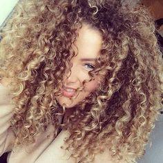 Booom Diiaaaa meus Amores alguma loira cacheada Lindaaaa aí??! E olha esse volumee Mara Ameiiiiiiii #cachosjw #curls #cachos #instacurls #curlygirl #curlynatural #cabelocacheado #naturalhair #naturalcurls #gocurls #style #model #elegance #cute #instamoda #amazing #cool #fashion #sweet #lovely #lovethis #girl #awesome #girlie #cacheada #curlyhair - > @dehhluiza
