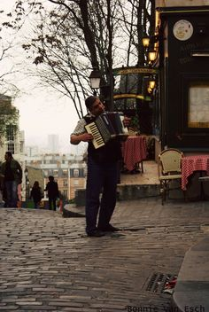 Music in Montmarte.  Paris is not only a city of lights but music too....first thing we heard entering the city in a cab @ the Champs....a french singer accompanied by the ever present accordian....