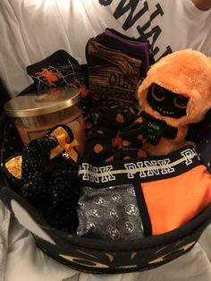 Halloween gift , I wish 🧡🎃 Diy Halloween Gifts, Halloween Gift Baskets, Fete Halloween, Halloween Season, Halloween Candy, Spooky Halloween, Halloween Decorations, Halloween Date, Halloween 2020