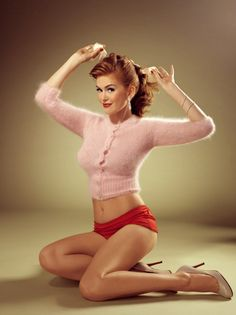 Isla Fisher in a classic pin up girl pose! :: Modern Day Pin Up Girl:: Celebrity Pin Up Girls Pin Up Vintage, Retro Pin Up, Look Vintage, Vintage Beauty, Retro Vintage, Isla Fisher, Poses Pin Up, Pin Up Looks, Pin Up Fotografie