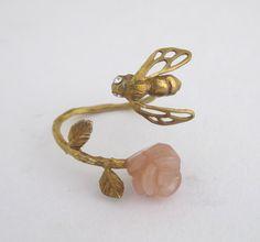 sasakihitomi/はちとバラリング 6300yen 指をぐるっと囲むオレンジムーンストーンのバラの枝にハチ