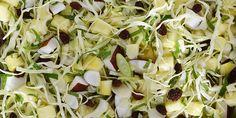 Skøn spidskålssalat med frisk ananas, kokos og forårsløg. Smagen af sommer behøver ikke være forbeholdt sommeren.