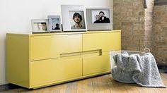 commode en bois de couleur jaune