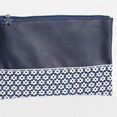 Trousse simili cuir bleu marine et coton à fleurs