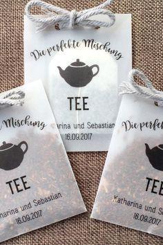 10 customizable bags for tea blends as a guest gift Tee Seegras The post 10 customizable bags for tea blends as a guest gift appeared first on Hochzeitsgeschenk ideen. Wedding Favours, Wedding Cards, Diy Wedding, Wedding Gifts, Wedding Ideas, Wedding Give Away Ideas, Space Wedding, Wedding Trends, Rustic Wedding