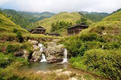 Maak tijdens een afwisselende wandeling in je China reis kennis met de Long Ji rijstterrassen. Je klimt en daalt, passeert uitzichtpunten en steekt riviertjes over met grote waterwielen. Je loopt tussen rijstakkers waar de kleurrijke Zhuang minderheid hun ossen voortduwen door de modder.