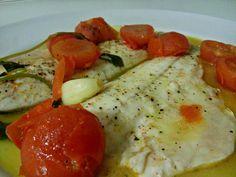 Filetto di branzino all'acqua pazza Ingredienti:( per una porzione) -2 filetti di branzino -circa 4 pomodorini -un ciuffo di prezzemolo fresco -2 spicchi d