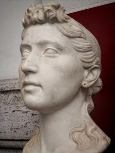 Funerary portrait of a young Roman woman with a hairstyle variation of one popularized by Octavia but with short curls stead of the forehead knot century BCE Roman Sculpture, Pottery Sculpture, Ancient Rome, Ancient Art, Famous Greek Sculpture, Roman Hairstyles, Roman History, Roman Art, 1st Century