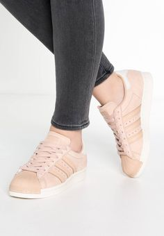 adidas Originals. SUPERSTAR 80S - Trainers - dust peach/white vapor. Sole:synthetics. Padding type:Cold padding. Shoe tip:round. Heel type:flat. Lining:combination of leather and textile lining. detail:decorative seams. shoe fastener:laces. upper material:leather. I...