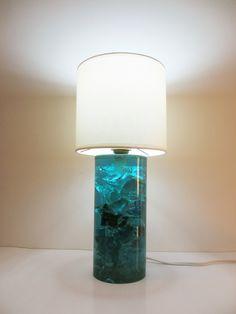 Lampe à poser en résine bleue. Vers 1970. Dimensions (cm): H 31 / Ø 14