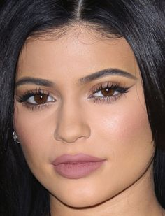 Does this ring mean Kylie Jenner is engaged? Kylie Jenner Style, Kendall And Kylie Jenner, Big Diamond Rings, Ruby Rings, Makeup Goals, Beauty Makeup, Kim Kardashian, Kylie Travis, Beautiful Eyes