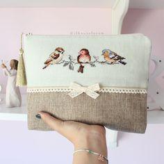 Crochet ideas that you'll love Basic Embroidery Stitches, Embroidery Bags, Flower Embroidery Designs, Cross Stitch Embroidery, Cross Stitch Designs, Cross Stitch Patterns, Messenger Bag Patterns, Cross Stitch Heart, Fabric Bags