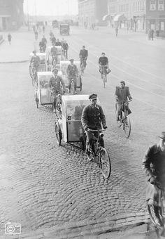 08-04-1941 - De fietstaxi in Den Haag.Hier een rij van de 'moderne' vervoersmiddelen.  Fotograaf: G. v.d. Werff  Bron:ANP Historisch Archief