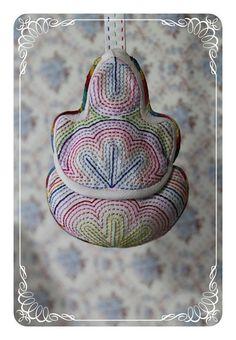 길고도 긴 색실누비노리개 완성했어요~ ^^; Korean Crafts, Quilt Bag, Diy And Crafts, Quilts, Purses, Christmas Ornaments, Detail, Holiday Decor, Bags