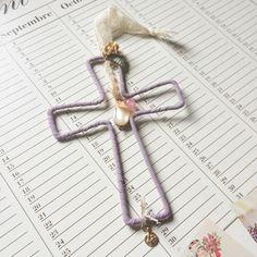 Colgante cruz malva, cruz de alambre para colgar, móvil decoración infantil de funghi en Etsy https://www.etsy.com/es/listing/126773280/colgante-cruz-malva-cruz-de-alambre-para